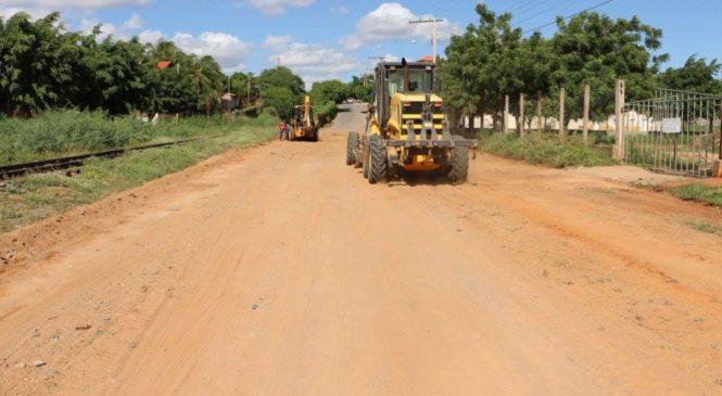 Prefeitura realiza recuperação de ruas da cidade e estrada vicinal que liga Espinosa ao Estreito