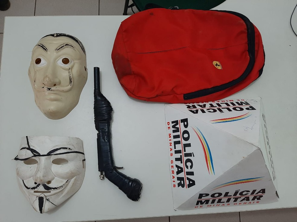 mascaras e arma artesanal foi apreendida pelos militares
