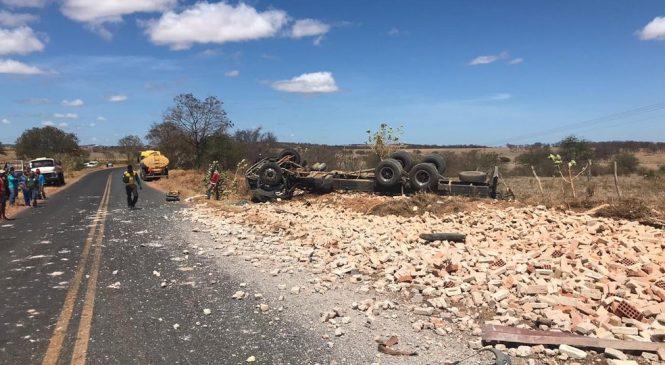 Caminhoneiro morre em capotamento na LMG-653, em Mato Verde