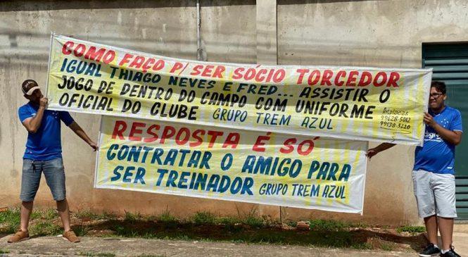 Torcedores levam à Toca faixas contra Abel e alguns jogadores do Cruzeiro