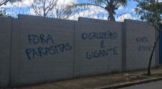 Muros do CT do Cruzeiro são pichados com ameaças a jogadores e dirigentes
