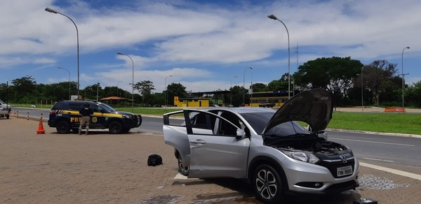 Homem tenta fugir a pé ao ser parado dirigindo carro roubado em fiscalização da PRF na BR-251