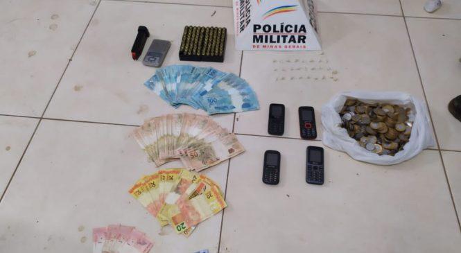 Mulher é detida com drogas, munições e mais de R$ 7 mil em Janaúba; ela diz que material era do filho que está preso