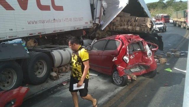 Acidente entre duas carretas e um carro na BR-251 deixa pelo menos um morto e outros sete feridos