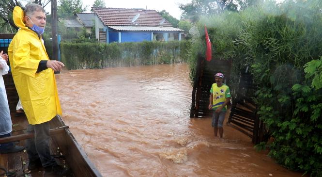 Prefeito visita áreas atingidas pela chuva na cidade